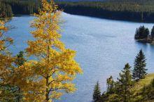 五大连池雪山下的美景比雪山更漂亮,从山下的湖里看山的倒影有着别样的感受,水天一线即使没有雾气也能创造