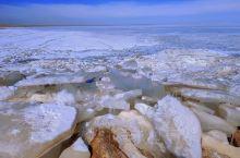蜿蜒伸展的湖岸。远处连绵的群山,披覆着皑皑白雪,沟沟坎坎里一两户牧民的院落,宁静而安详,青海湖!
