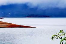 在细雨中漫步东江湖畔