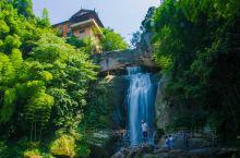 在浙江省天台县境内,有这么一个地方,夏季平均温度比市区低5度。这里就是石梁。在夏末秋老虎逼近时,你还