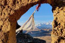 在西藏普兰县城,挨着孔雀河畔有座很高的山,山顶上有一处面积很大的土墙废墟。普兰的历史悠久,或许因达拉