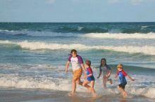 黄金海岸看逐浪的几个孩子