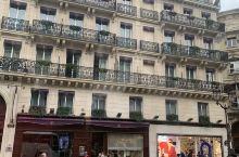 巴黎很重要的一条大街 基本的这里也是游客常去的一个地方 因为老佛爷百货 巴黎春天百货都坐落在那里 血