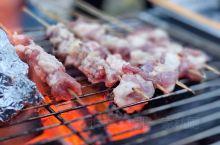 露营美食大集合:烤羊肉串、火焰大虾……