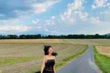 赤脚走在夕阳下的金黄麦田乡间, 被连绵不绝的阿尔卑斯山环绕着, 被夏季的鲜花遍野绿树浓荫包围着,还有