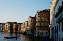 大运河是威尼斯的地标,必到打卡之处。最美要数的是大运河日落时分,金黄色阳光洒在河面上,配衬着两旁美丽