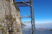 湖南莽山国家森林公园内有两部悬立在悬崖峭壁上的垂直电梯,足足有五十层楼高,从半山腰直达山顶,可以省去