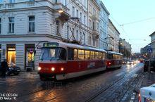 布拉格的街头风情,有轨电车!欧洲好多城市都有,比如,伊斯坦布尔、赫尔辛基……  有可能的话,白天夜晚