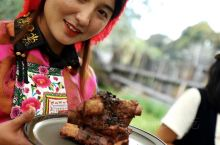嘉明团队的漂流餐桌里,主厨用的全是柴米多的地道云南自然风物,厨刀不够藏刀凑,反正野地现烹。我的胃口撒