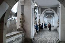 克鲁姆洛夫城堡建筑的一个重要造型元素就是圆拱。你一路仔细端详,拱一路就在前方。变化无穷,却又万变不离