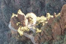 湖南莽山五指峰景区,有个垂直电梯直达山顶,足足有五十层楼高,立足于悬崖峭壁上,堪称奇迹,还有一个心形