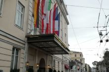 著名的酒店往往是迅速了解一个城市历史和风土人情的钥匙。  萨尔茨堡萨赫酒店位于萨尔察赫河岸边,可以欣