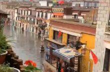 拉萨市区下起了大雨,天空更蓝了