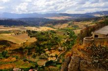 西班牙龙达小镇,一座耸立在750公尺悬崖边上的白色古城,诞生于古罗马时代,至今己有3000多年的历史