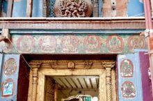 加德有三个杜巴广场,加德、巴德岗和帕坦。尼泊尔的旧皇宫~哈努曼多卡宫,在加德的杜巴广场上。门口有座神