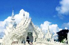 清莱的白庙,用白色的亮片作装饰,银色的镜子镶边,整体呈现出纯洁的白色,发出亮眼的光芒,是现代的建筑作