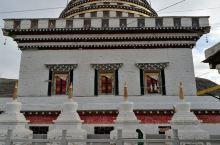 道孚县尊神白塔 道孚尊圣塔(藏语为郎杰曲登),坐落在四川省甘孜藏族自治州道孚县鲜水镇的钮日河畔,该塔