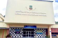 文莱的斯里巴加湾市,文莱中学的教室、外型恨像间茅草屋