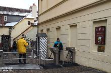 黄金巷,说是一条小巷,可是名声大着呢!  黄金巷之所以会引起如此名声,还是名作家卡夫卡曾居住于此的缘