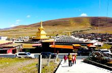 藏教的尼姑被尊称为觉姆,尼姑寺也就是聚集在一起的觉姆区。眼前出现这么一个景象,山坡上是这些木盒房,就