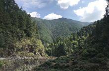 皖赣交界处的松珍公路,这条著名的盘山公路从安徽往江西方向是,连续上坡四公里,接着连续下坡七公里,悬崖
