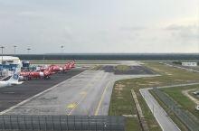 吉隆坡机场,这是个非常繁忙的机场,在这里可以飞往世界各地,机场设有观光台,可以近距离看到飞机的起降,
