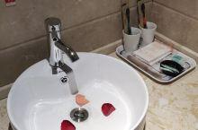 房间高大上,床也特别大舒服,用的沐浴露洗发水都是品牌的还有护发素,后院免费停车场