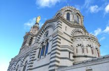 聖母聖婴大教堂,位處法国南部海岸大城马赛港內,教堂座落於山丘之上,於港口任何角落也能望見,相当宏偉壮
