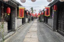 一条始建于唐代的长长的石板路串起了两旁众多明清建筑,鲍家大院、吴氏宗祠、盐课司、古戏台等历史建筑仿佛