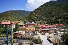 参观八美镇美丽宏伟的藏民居,听介绍,建一个三四层的民居需要100万左右,普通的也要几十万。这里的青壮