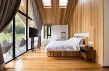 这样的木屋民宿,坐在阳台就能远眺整片山林