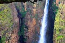 为了呈现埃塞俄比亚里夫特谷的壮观景色,直升机冒险飞下深坑拍下,能分享给大家,值了!