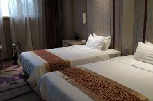 酒店性价比不错,房间宽敞、干净,设施齐全,配备有热水壶和矿泉水,前台客服人员服务态度很好,给人很舒服
