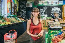 这是凯恩斯一家非常大型的农贸瓜果市场,在这里每天都有许多的顾客光临,可以买到各式各样的瓜果蔬菜和当地