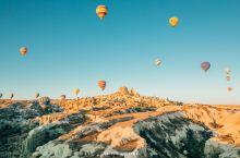 土耳其| 必体验的浪漫热气球  卡帕多西亚热气球旅行中可以在壮观的地形上欣赏壮观日出。在悬挂在一个开