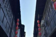 古镇面积不大,大多数建筑都是近年的仿古建筑,商业气氛比较浓厚。步行街里面还有很多算命解卦的店铺,不知