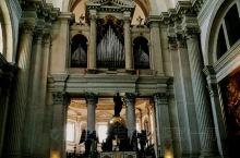 教堂内大有乾坤,收藏着意大利文复时期最后一位伟大画家丁多列托著名画作。丁多列托和提香,维罗内塞并称为