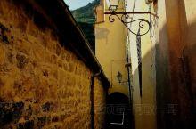 在钟楼旁海边步道往上走就进入了著名的韦尔纳扎村通往科尔利亚村的徒步小道,在上坡一小段路半山腰中,就是