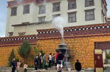 噶丹松赞林寺,在藏传佛教里地位比较高。然而,我也就是看个建筑风貌,听听历史典故而已 。周边环境也很不