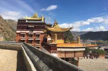 拉卜楞寺被誉为中国佛教文化明珠。到此旅游的人与日俱增,因为在这里不仅能领略到藏族风格的庙宇建筑,体验
