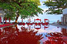 有着红色游泳池的苏梅岛图书馆设计酒店