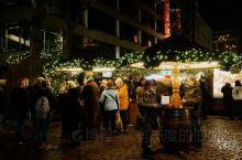 当夜幕悄然降临,在汉堡这座舒适的港口城市,三三两两的人们或徜徉漫步于旧城区,呼吸着历史沧桑的韵味,或