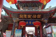 城隍庙古建筑群以均衡对称的正统方式把楼、殿、廊、庑亭等四十多个单座建筑,按主次布局在纵横轴线上,全部