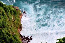 金巴兰的海边,悬崖上,看脚下白浪翻滚,冲浪的好地方。喝喝下午茶,看晚上最美的日落