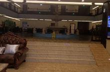 酒店环境不错,有大厅有休息区,客服服务员非常热情,帮我提行李。还有餐厅,非常方便