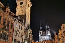 布拉格老城广场日与夜的差别只是晨昏交替,不变的是它日夜都是布拉格的心脏。  广场上建于1410年的钟