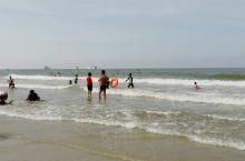 #北海怎么玩 早上9点多来到北海侨港海滩,虽然太阳有点晒,但是发现还是有很多人在玩水,有些人穿着衣服