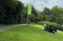 华轮拉根公园,有很多舒服的扶手椅散放在草地上,行人可以舒服的坐着,慢慢欣赏美景。