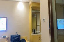 在龙州县城,一家不错的酒店,看着刚开不久,依稀还能嗅到木质的清香,舒适的棉织品配着软硬适中的床,能让