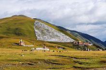 """龙灯草原在甘孜州道孚县龙灯乡境内,当年格萨尔王曾在龙灯大草原安营扎寨,因而这片草原在藏语叫作""""格萨尔"""